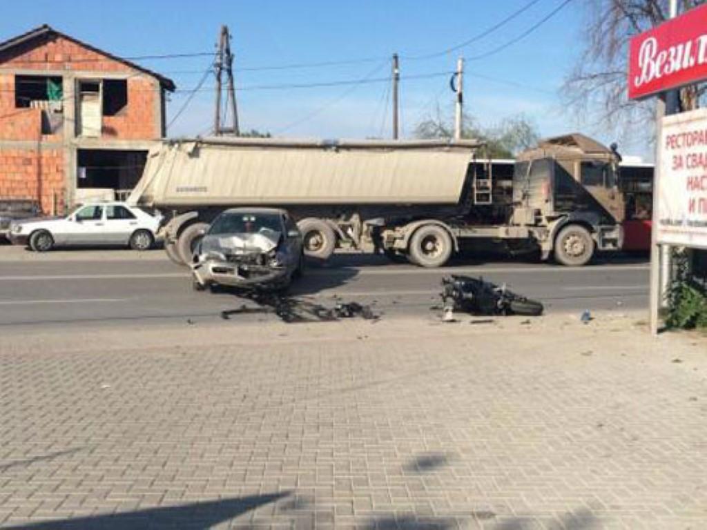 """Тешка сообраќајна несреќа на булеварот """"Борис Трајковски"""": Возачот пренесен на Ургентен центар"""