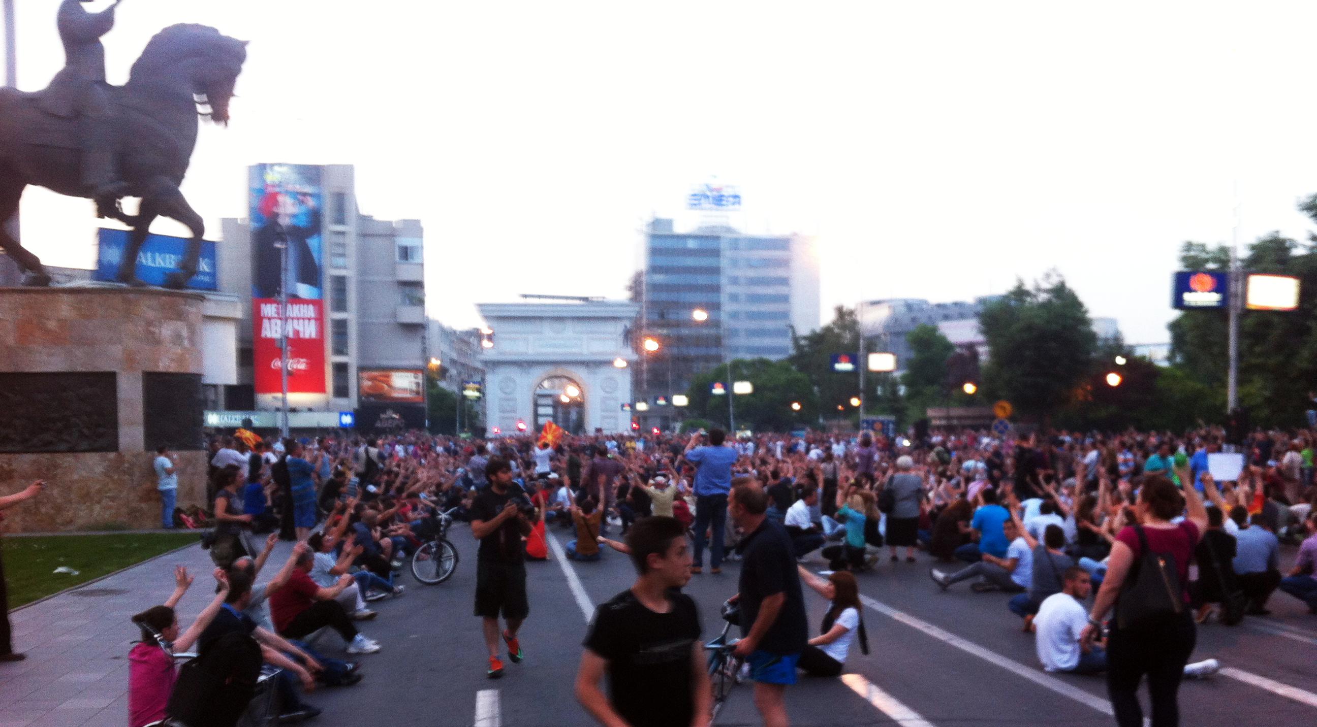 Илјадници демонстранти протестираат пред Собранието