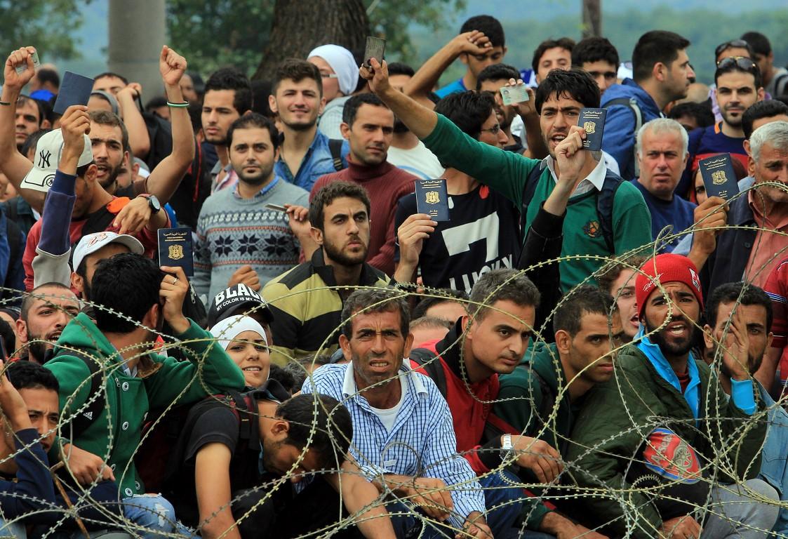 ФОТОГАЛЕРИЈА: Илјадници мигранти чекаат на македонско-грчката граница