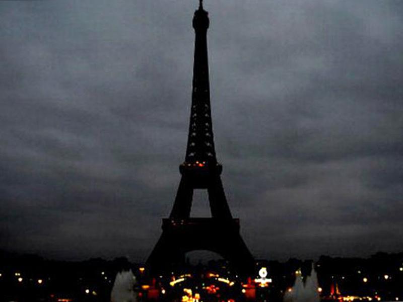 ФОТО: Ајфеловата кула во мрак - светските споменици во боите на француското знаме