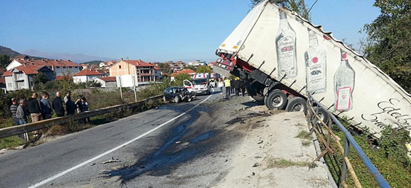ТЕШКА СООБРАЌАЈКА КАЈ ГОСТИВАР: Еден загинат и еден повреден во судар на камион и автомобил