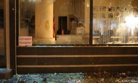 МАСОВНИ ПРОТЕСТИ ВО СКОПЈЕ: Судири со полицијата, има уапсени и повредени (ФОТО+ВИДЕО)