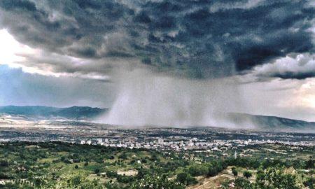 Невреме со силен дожд, град и ветер го зафати Скопје (ФОТО)