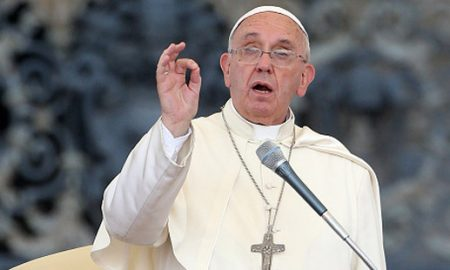 Папата Франциско им честиташе Божиќ на православните христијани