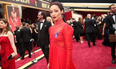 Дел од номинирани за Оскар на црвениот тепих носеа сини ленти