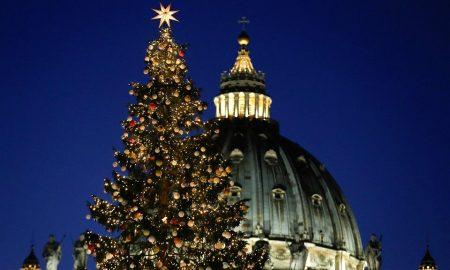 """Божикното дрво што """"преживеа"""" удар од гром поставено во Ватикан (ВИДЕО)"""