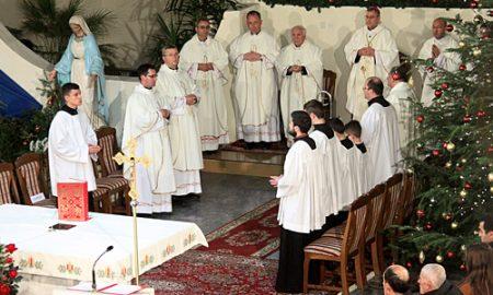 Католиците и дел од православните го слават Раѓањето Христово - Божик