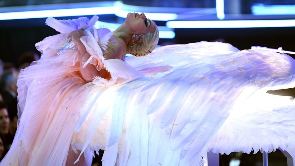 """Настапот на Лејди Гага ги расплака присутните на """"Греми"""" наградите (ВИДЕО)"""